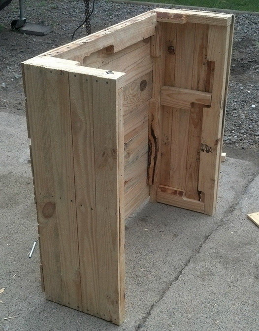 We used the thicker pieces of wood from the 3 pallets for the back of ...