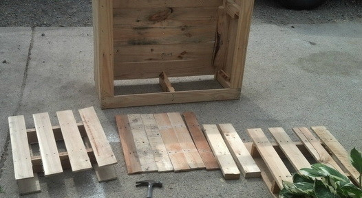 Make a shelving unit from a wooden pallet_05