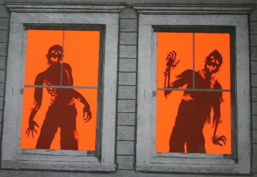 34 scary outdoor halloween decorations and silhouette for Adornos para ventanas halloween