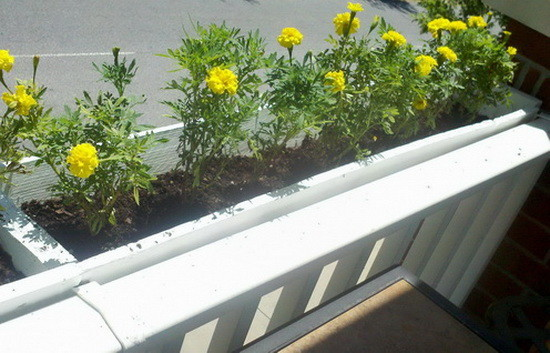 DIY Deck Rail Planter Made From A Pallet_11