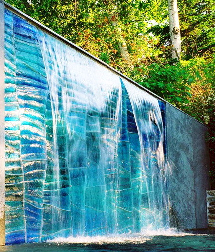 30 relaxing water wall ideas for your backyard or indoor for Outdoor wall waterfall design