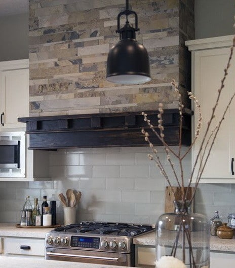 Enell: Kitchen Hood with mexican blue tiles as a backsplash